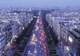 Paris, Champs Elyssee von oben, abends