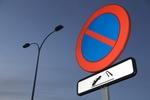Parken verboten Schild mit kleinem Abschleppbild darunter