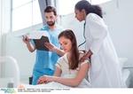Patientin und Pflegepersonal