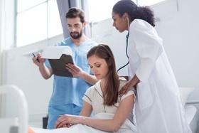 Patientin wird im Krankenhaus untersucht