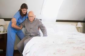 Pflege eines alten Mannes