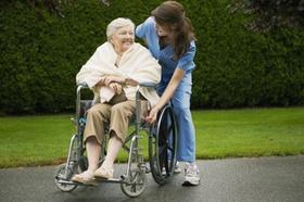 Pflege Frau Rollstuhl