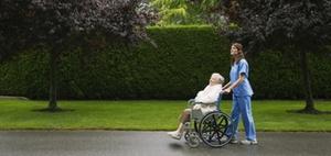 Neuer Tarifvertrag für Altenpflege bis Jahresende