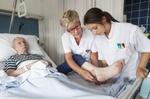 Pflegerinnen betreuen älteren Mann im Krankenhaus