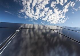 Photovoltaik Modul mit Wolkenspiegelung