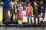 Menschen vor Plakatwand Natan Dvir / Polaris / laif