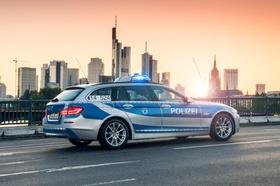 Polizeiauto vor der skyline von Frankfurt_pixabay