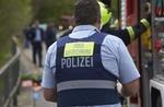 Polizeibeamter mit Rückenschild Videoaufzeichnung