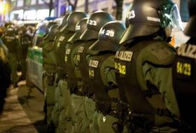 Polizei hält Gegendemonstranten von Demonstranten fern