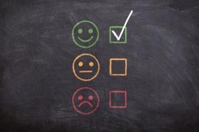 Positiv Smiley Emoji mit Kreide auf Tafel