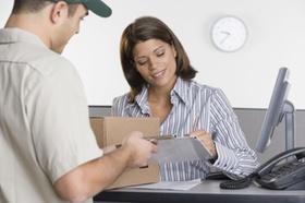 Postbote lässt sich Paketempfang quittieren