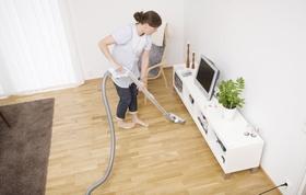 Putzfrau die Wohnzimmer saugt