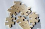 Puzzle aus Holz auf weißem Hintergrund