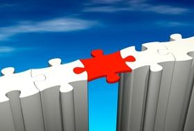Puzzle-Brücke weiß verbunden über rotes Puzzelteil