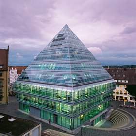 Glaspyramide, Buerogebaeude in Ulm, BRD