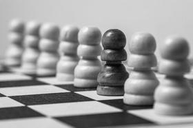 Rassismus: Viele weiße Schachfiguren und eine schwarze