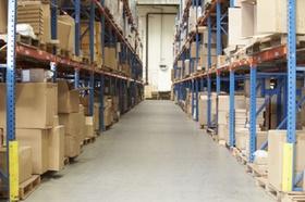 Regale voller Pakete in Lagerhalle