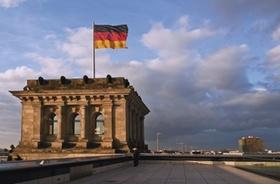 Reichstagsgebaeude in Berlin, Detail, mit deutscher Flagge, Deutschland