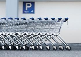 Reihe von Einkaufswagen an Parkplatz