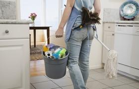 Reinigkungskraft in häuslicher Szene