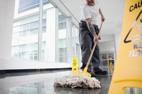 Reinigungsfachkraft wischt Boden