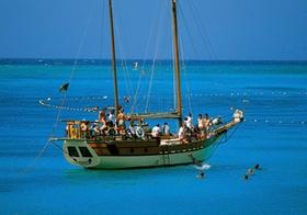 Reisegruppe auf Segelboot
