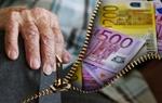 Rente: Hand eines alten Menschen und Geldscheine