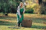 Rentner bei der Gartenarbeit