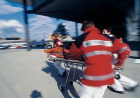 Rettungssanitaeter, Notarzt, mit Patient auf Trage, Bewegung