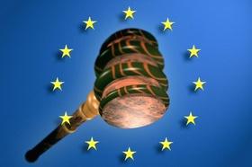 Richter Hammer oder Auktionshammer vor Europa Fahne
