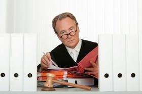 Richter liest am Schreibtisch Akten
