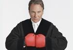 Richter mit Boxhandschuhen