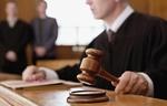 Richter mit Richterhammer im Vordergrund