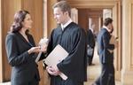 Richter und Anwätin im Gespräch in Gerichtsgebäude