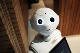 Roboter hält Tablet in der Hand