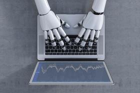 Roboter Hände tippen auf Laptop
