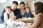 Rohbau Reihenhaus, Vater mit Sohn auf Baustelle