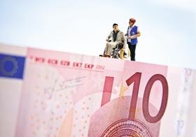 Rollstuhlfiguerchen wird auf 10-Euro-Schein geschoben