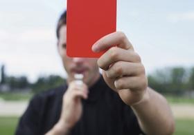 Rote Karte Schiedsrichter mit Pfeife
