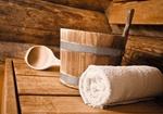 Handtuch, Bottich und Schoepfloeffel in Sauna