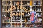 Schaufenster von Tante-Emma-Laden mit Getränken