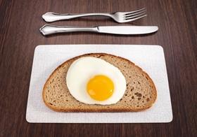 Scheibe Brot mit Spiegelei, Besteck