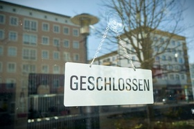 Schild geschlossen mit Fenster-Spiegelung