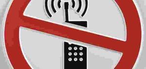 Handy während der Fahrt am Hals festklemmen ist auch verboten