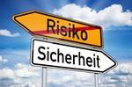 Schild mit 2 Pfeilen: Risiko-Sicherheit