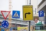 Schilder Umleitung Kreisverkehr Fußgängerzone Parkplatz vor Baustelle