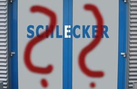 Schlecker Lager-Tür mit aufgesprühten Fragezeichen