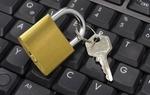 Schloss mit Schlüssel auf Tastatur, Symbol Computersicherheit