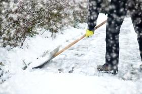 Schnee Mann räumt Gehweg Schneeräumen Winterdienst