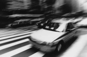 Schnelles Auto schwarzweiß